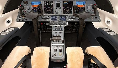 Modernes Cockpit im Privatjet CJ4.